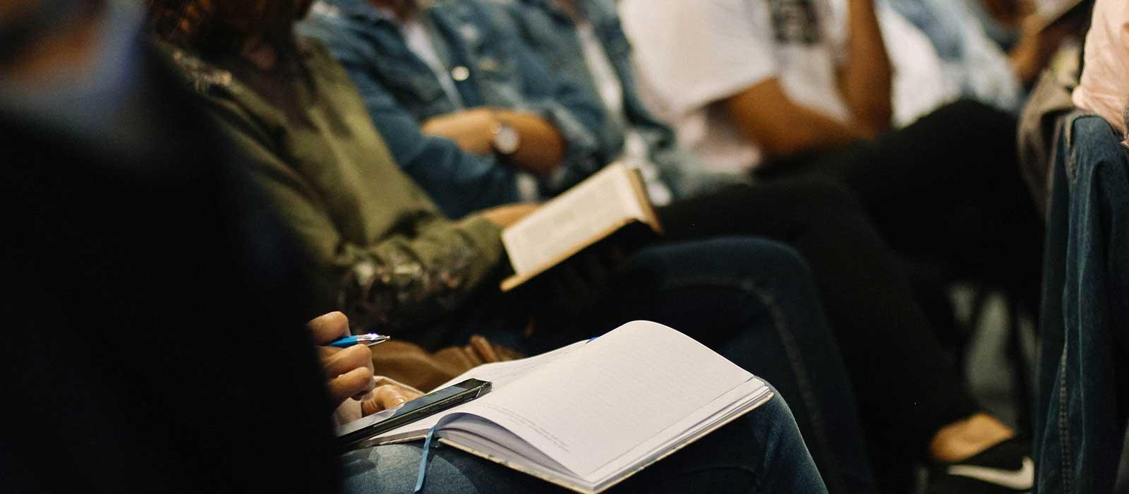estudiando-la-Biblia-juntos---ministerio-de-iglesia-espanol-en-Camarillo-CA